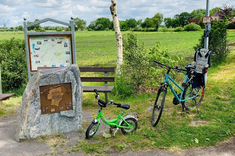 Fahrräder am Denkmal zum Mittelpunkt Ostfrieslands in Ihlow