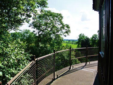 Außenplattform mit Sicht auf die Umgebung auf dem Burgturm Stickhausen