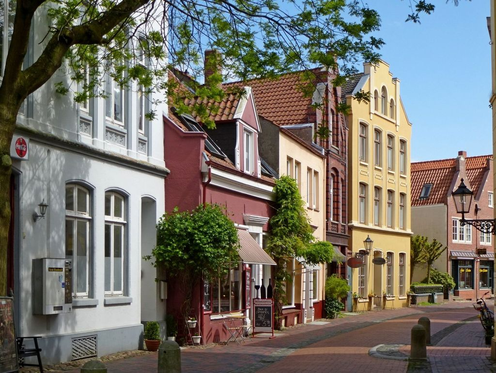 Bunte Gebäudefassaden der Läden im Sonnenschein in der Altstadt von Leer