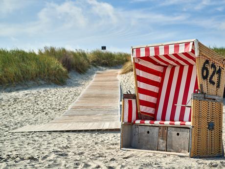 Strandkorb vor Dünen am Strand von Langeoog