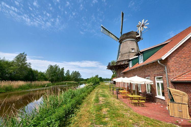 Kanal in Apen mit Mühle