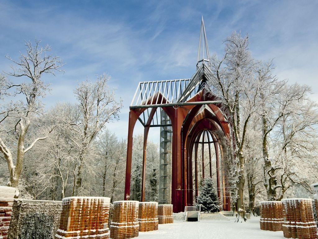 Die mit Schnee bedeckte Klosterstätte Ihlow im Winter