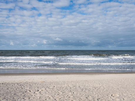Das schäumende Wasser der Nordsee vor Langeoog im Winter