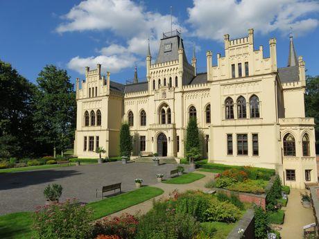 Das Schloss Evenburg in Leer - südliches Ostfriesland - besteht aus Vorburg, Park und die umgebende Landschaft.