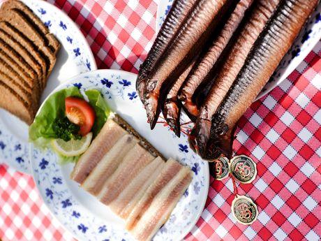 Gedeckter Tisch mit Aal und Schwarzbrot