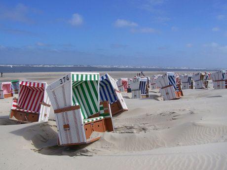 Bunte, gestreifte Strandkörbe am Strand von Baltrum