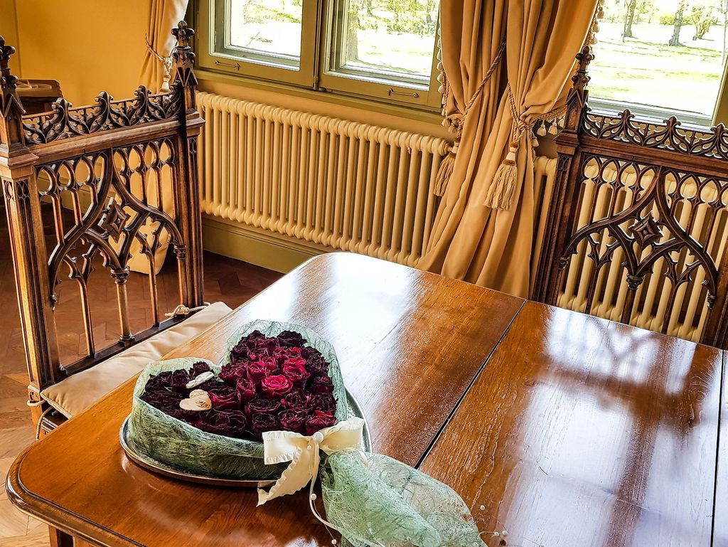 Ein Herz mit Rosen auf dem Tisch für eine Hochzeit in der Evenburg in Leer