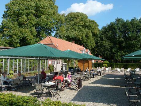 Viele Besucher auf der Terrasse des Lütetsburger Schlosscafé in Hage