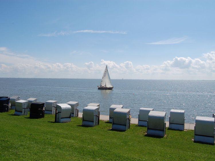 Segelboot und Strandkörbe am Südstrand in Wilhelmshaven