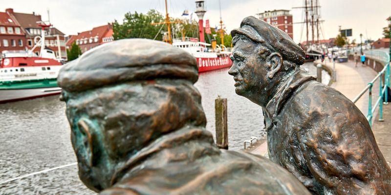 """Die Bronzefiguren """"Delftspucker"""" am Hafen von Emden"""