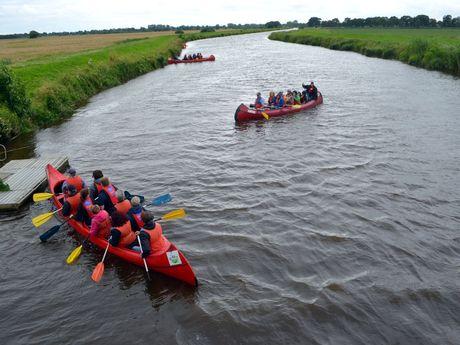 Eine Gruppe paddelt im Aper Tief