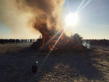 Viele Besucher stehen um das brennende Osterfeuer am Strand von Norddeich