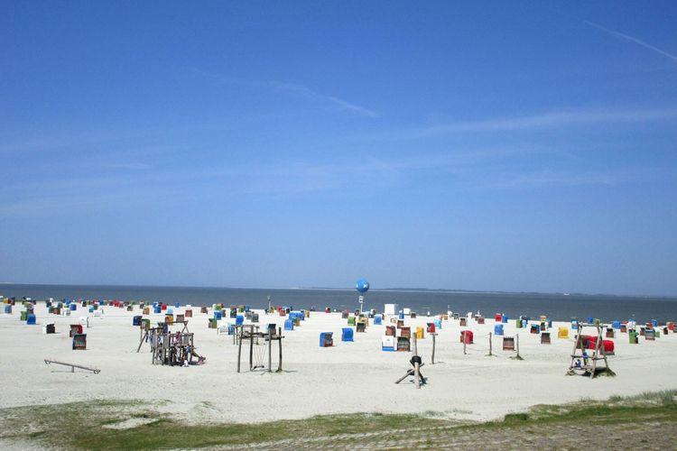Strandspielplatz und Strandkörbe in Dornumersiel am Strand