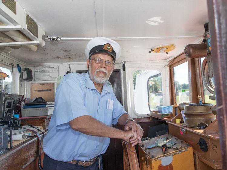 Der Kapitän der Etta von Dangast am Steuer des Schiffs