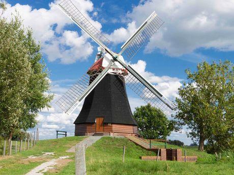 Die Wynhamster Mühle in Bunde bei sonnigem Wetter