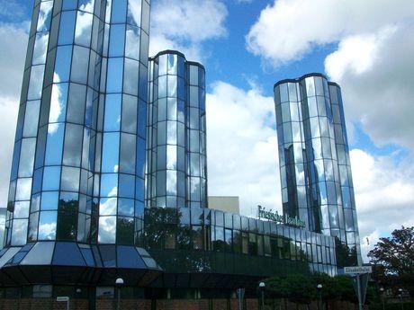 der bewölkte Himmel spiegelt sich in den gläsernen Türme der Jever Brauerei