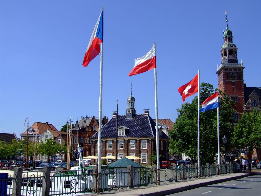Fahnen verschiedener Länder an den Fahnenmasten an der Rathausbrücke in Leer