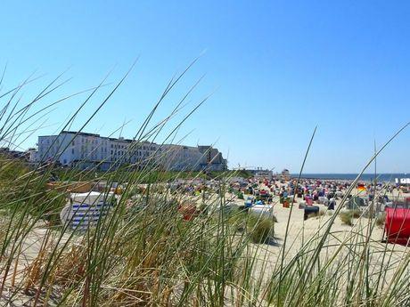 Bunte Strandkörbe am Strand von Borkum