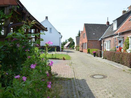 Wohnhäuser in einer Straße in Hinte
