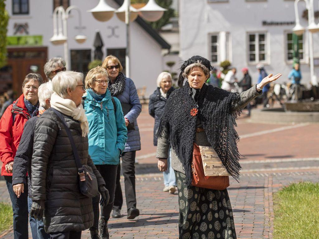 Menschen bei einer Gästeführung in Westerstede