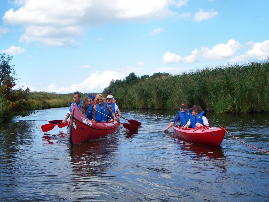 Eine Gruppe von Menschen in zwei Kanus auf einem Kanal