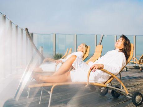 Frauen sonnen sich auf Sonnenliege