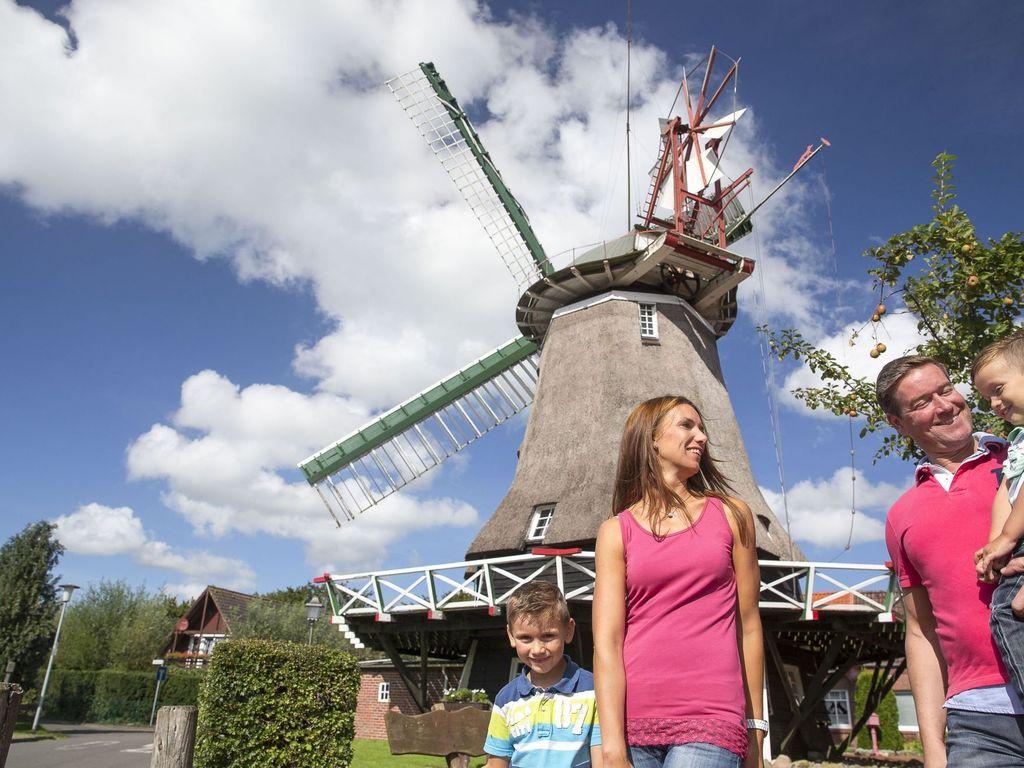 Eine Familie vor der Mühle in Schortens