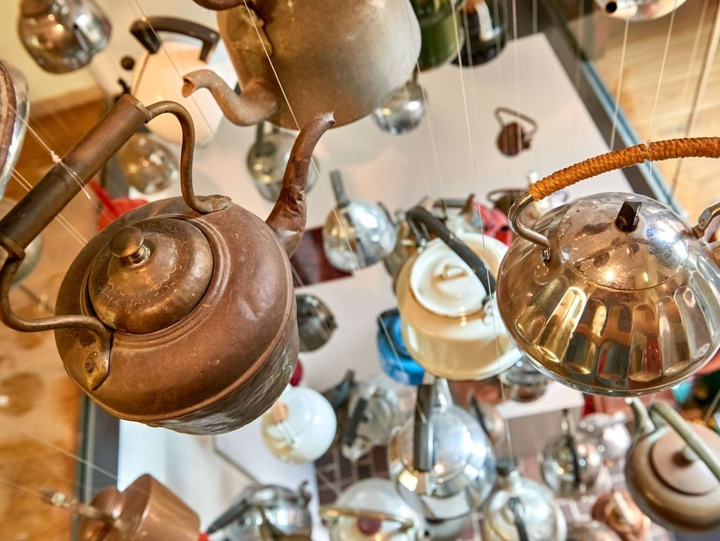 Antike Teekannen im Teemuseum Leer