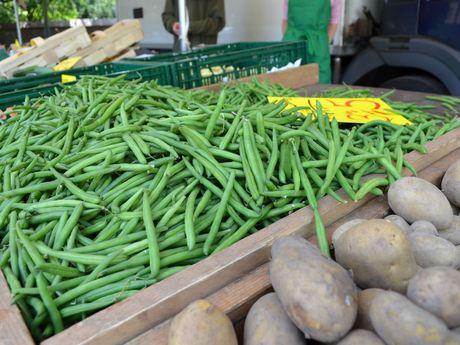 Eine Auslage mit grünen Bohnen auf dem Wochenmarkt