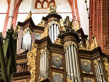 Innenansicht der Ludgerikirche in Norden mit Blick auf die Orgelpfeifen