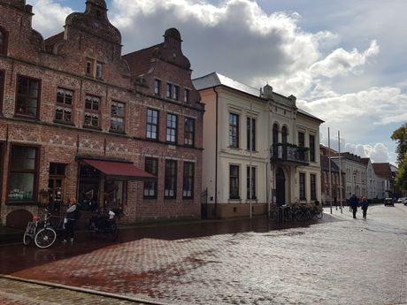 Außenfassaden der Gebäude in der Altstadt von Norden