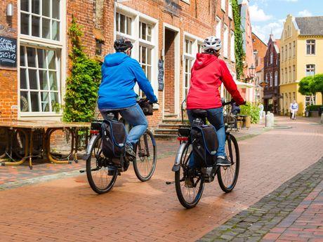 Radtour durch eine Altstadt in Ostfriesland
