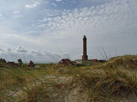 Blick von den Dünen auf den Leuchtturm von Norderney