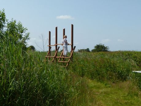 Frau auf einem Aussichtsturm in Südbrookmerland