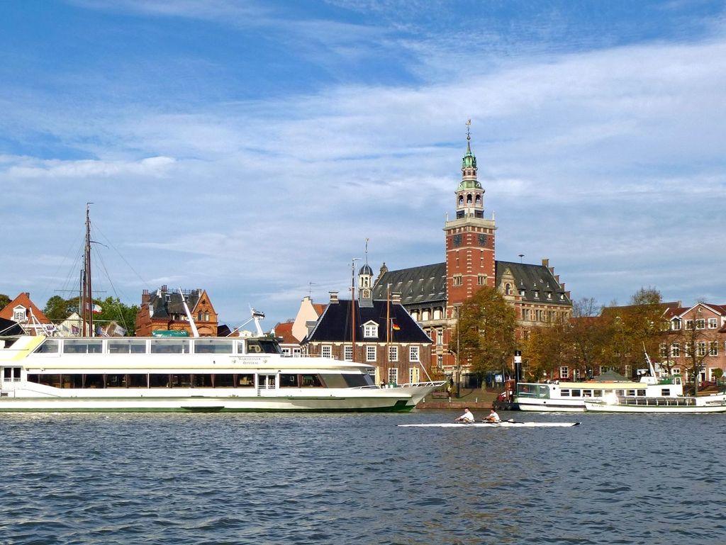Das Fahrgastschiff Warsteiner Admiral an der Anlegestelle vor dem Rathaus in Leer