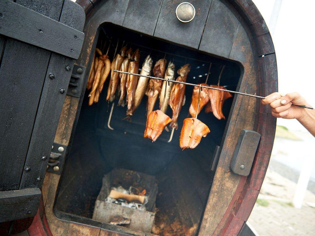 Fischstücke hängen in einem Räucherofen in Neuharlingersiel