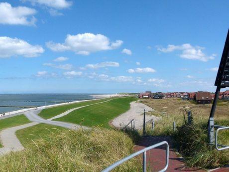 Blick vom Aussichtspunkt auf Baltrum über das Wattenmeer und die Insel
