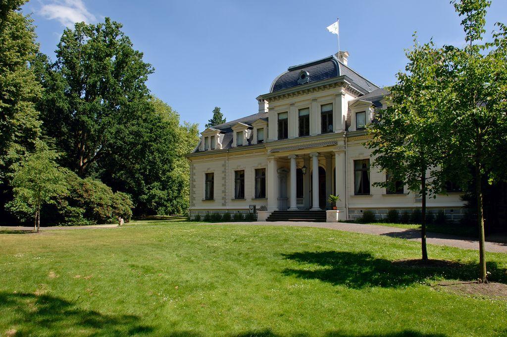 Blick auf das Rasteder Palais aus dem grünen Park