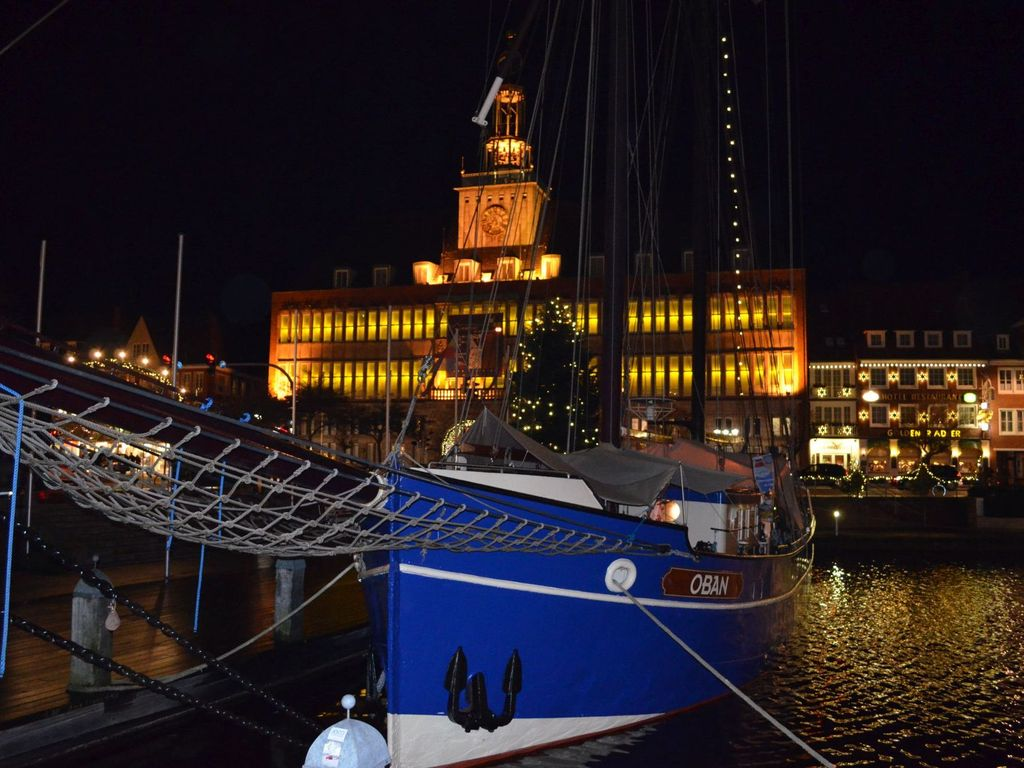 Das beleuchtete Rathaus zum Engelkemarkt in Emden