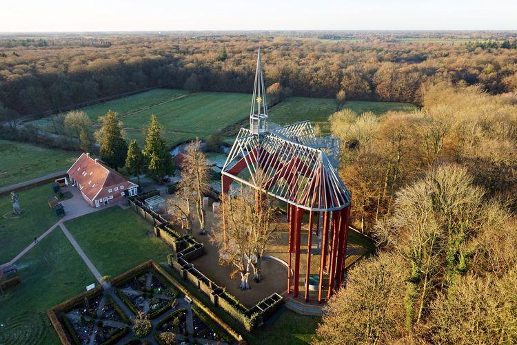 Luftaufnahme der Klosterstätte in Ihlow mit kahlen Bäumen im Winter