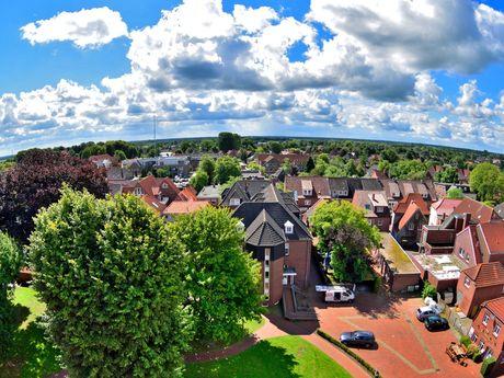 Luftaufnahme von Häusern und Bäumen in Wittmund