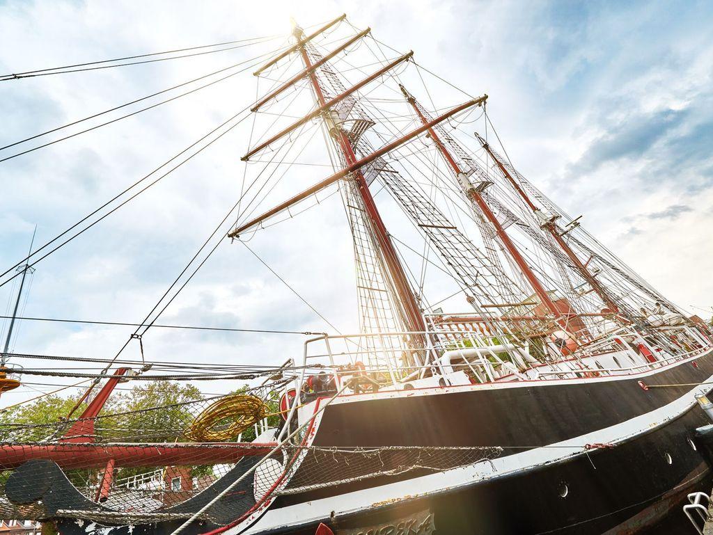 Detailansicht eines Segelbootes im Hafen von Emden