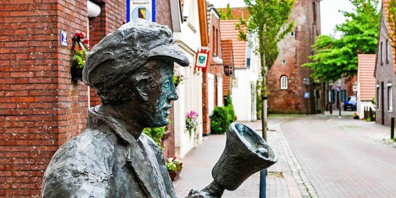 Das Ausrufer Denkmal steht am Straßenrand des kleinen Ortes Neustadtgödens
