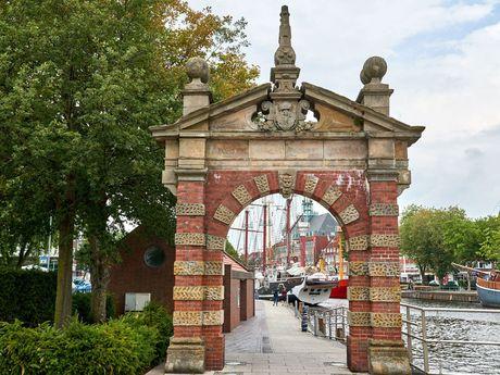 Torbogen am Hafen in Emden