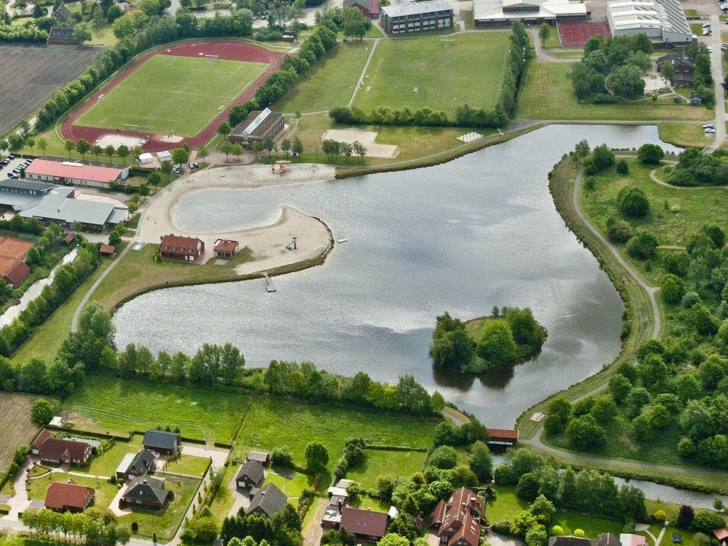 Luftaufnahme des Badesee Ihler Meer mit Ferien- und Sportpark