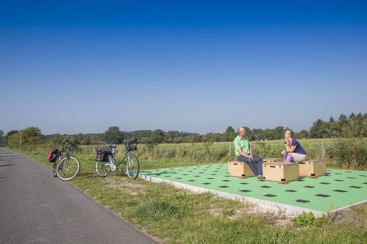 Radfahrer machen Pause auf der Langsamstraße in Schortens