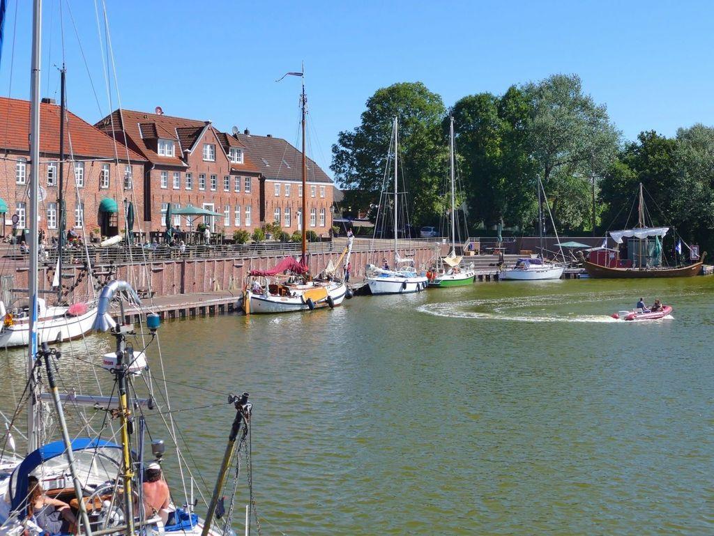 Sonnenschein über den im alten Sielhafen liegenden Booten