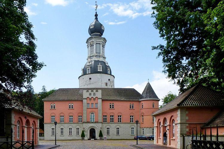 Das Schloss Jever mit Schlosshof