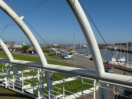 Blick von der Deichbrücke über den Hafen von Esens-Bensersiel