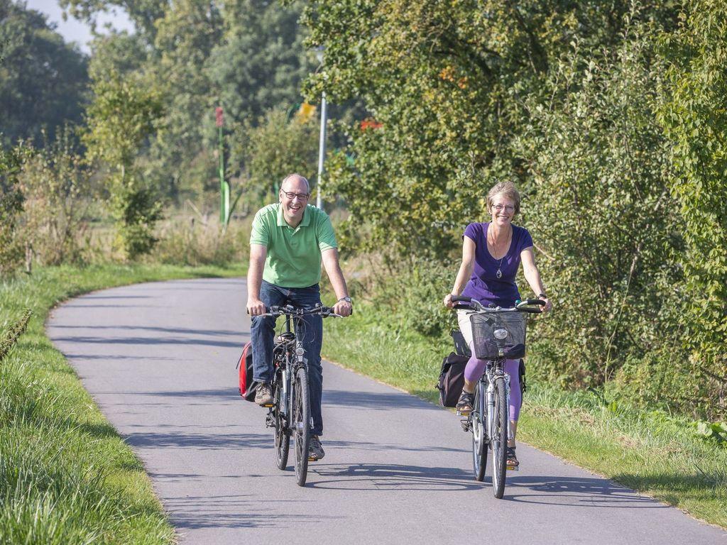 Zwei Radfahrer unterwegs in der Natur in Schortens